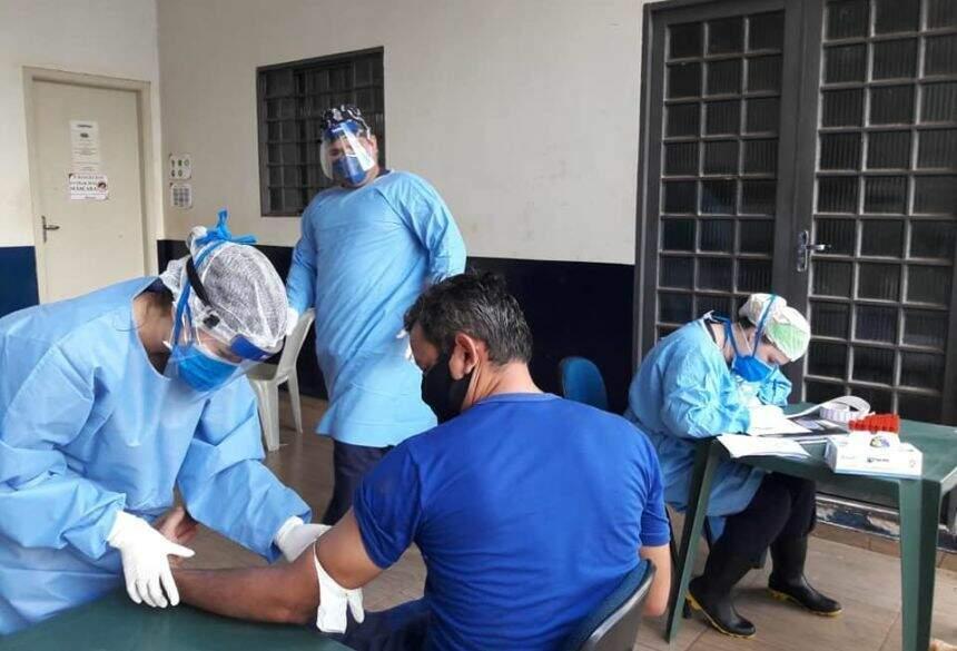 Equipe de saúde faz teste em funcionário de frigorífico (Foto: Reprodução)