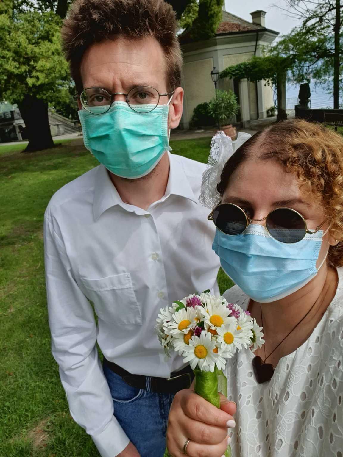 Segurando o buquê feito com flores de margaridas, Ana Beatriz e Christian tiveram que usar máscaras de proteção para a cerimônia.(Foto: Arquivo pessoal)