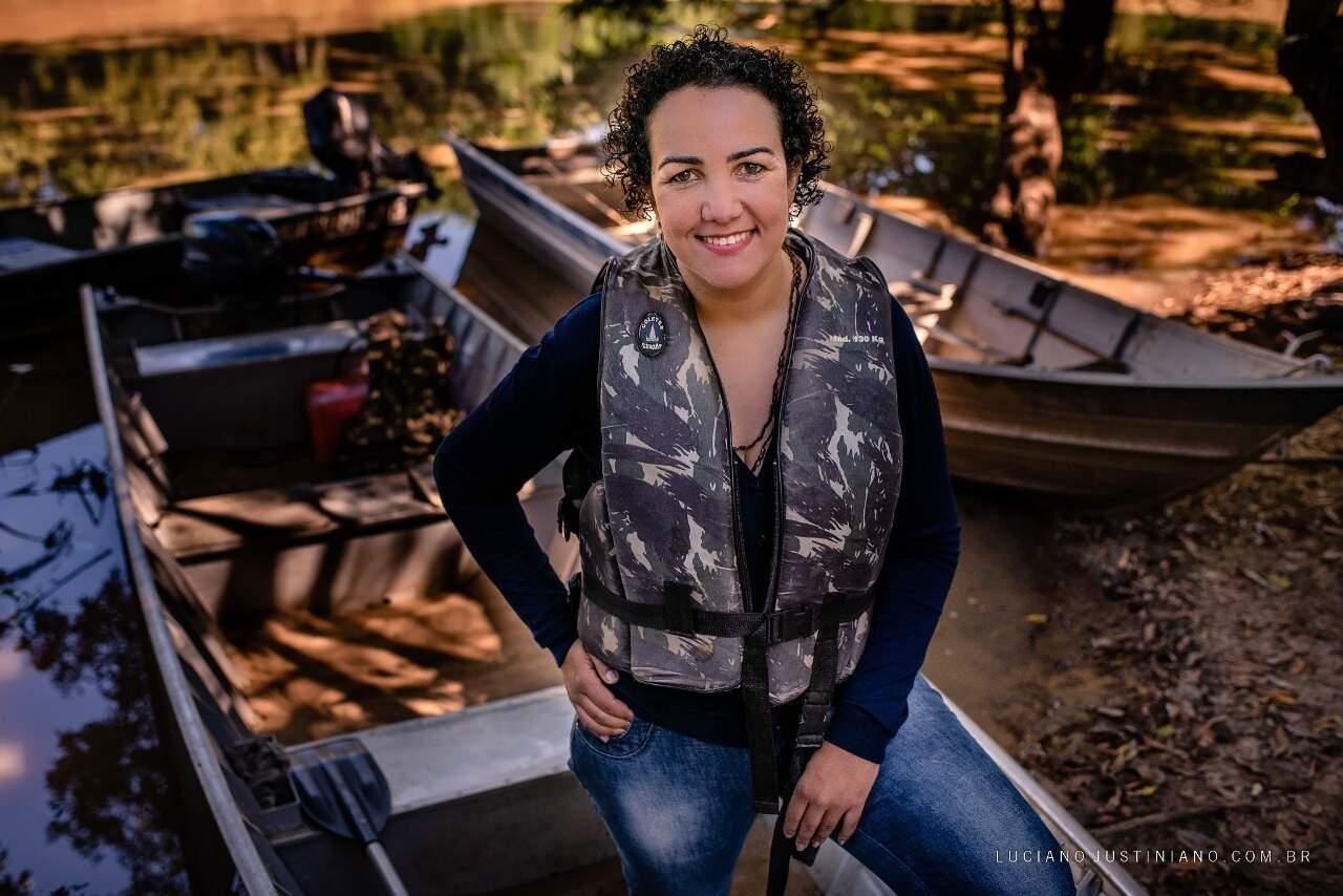 Denise também desenvolve projeto que leva educação aos ribeirinhos do Pantanal. (Foto: Luciano Justiniano)