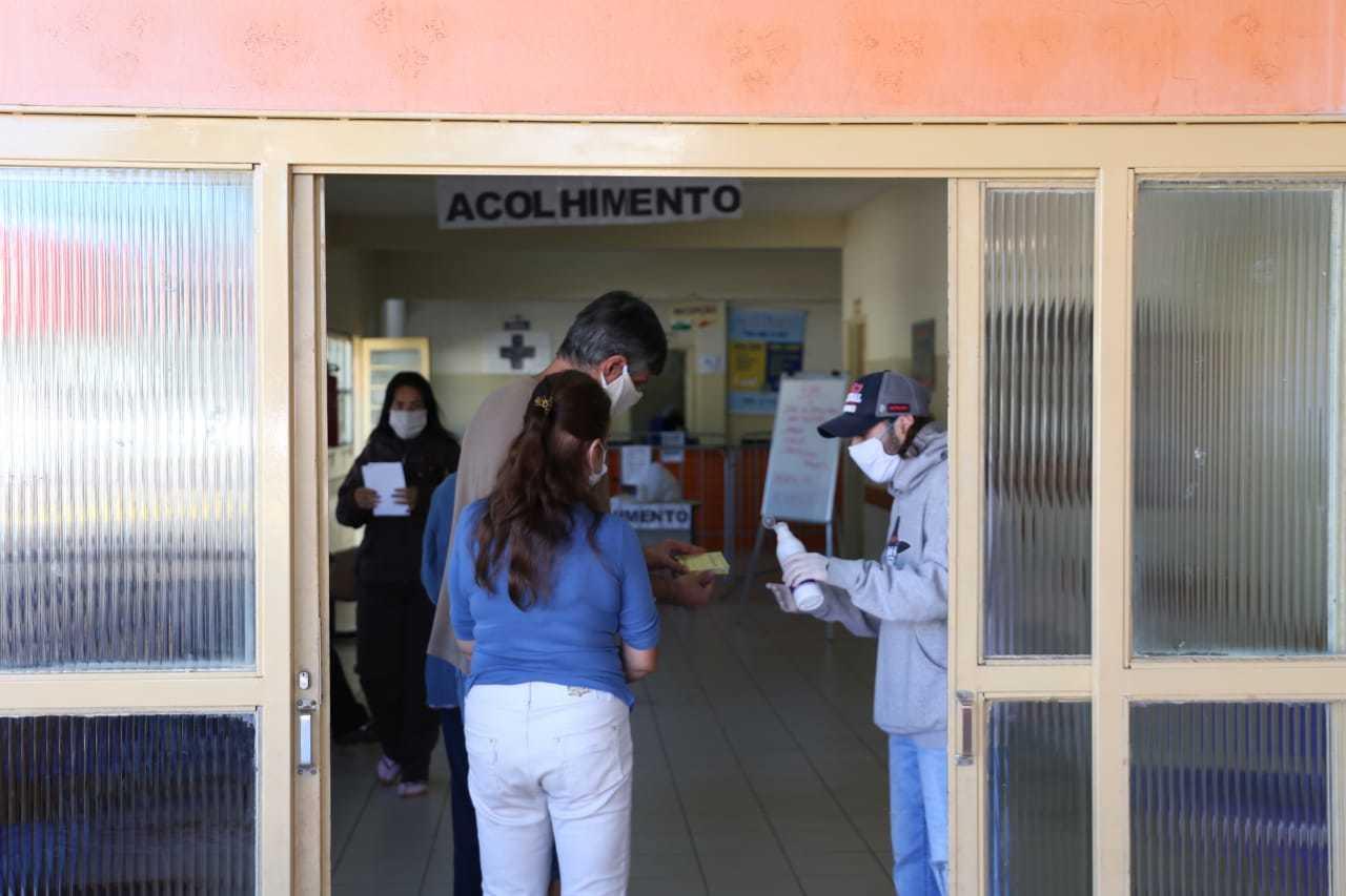 Ao entrar na unidade as pessoas recebiam álcool em gel (Foto: Paulo Francis)