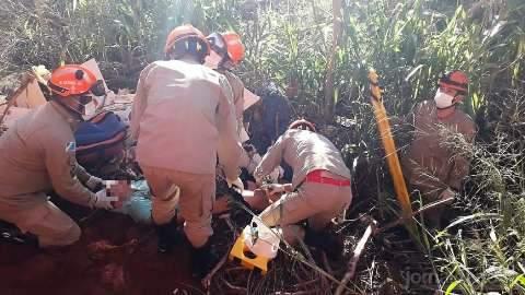 Adolescente de 13 anos é resgatado após cair de barranco em aterro sanitário