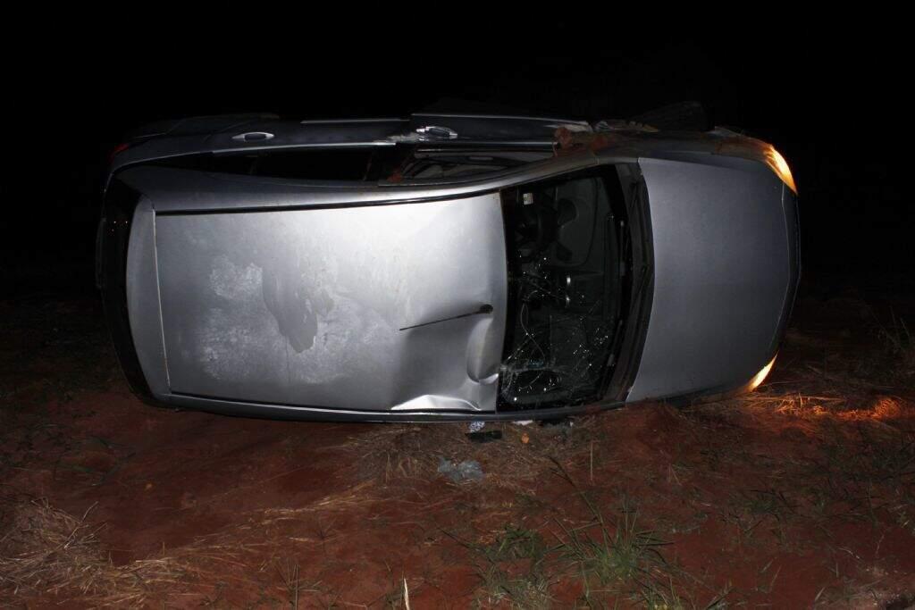 Carro parou às margens da pista em cruzamento. (Foto: Jornal da Nova)