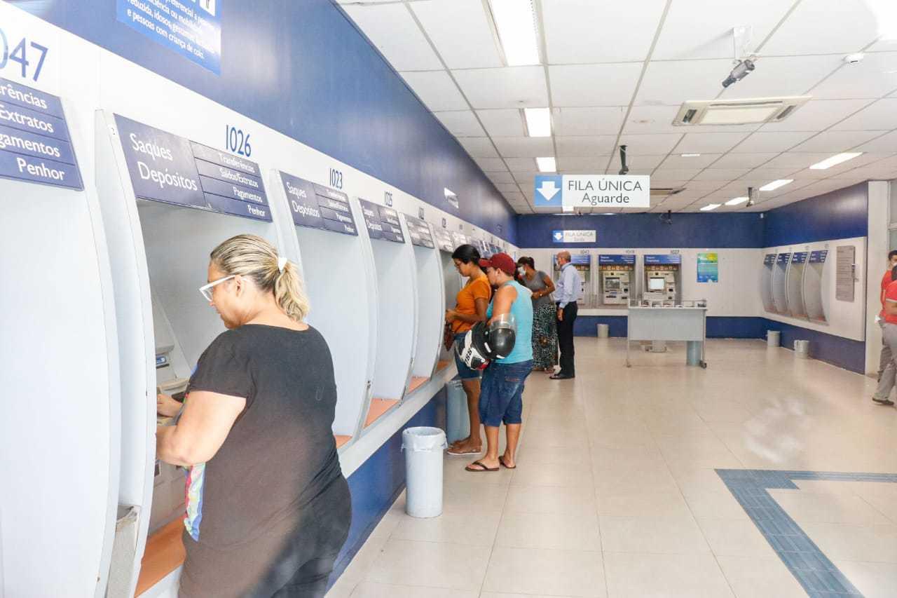 Guarda-volumes deve ser instalado antes que cliente entre no banco (Foto/Arquivo: Henrique Kawaminami)