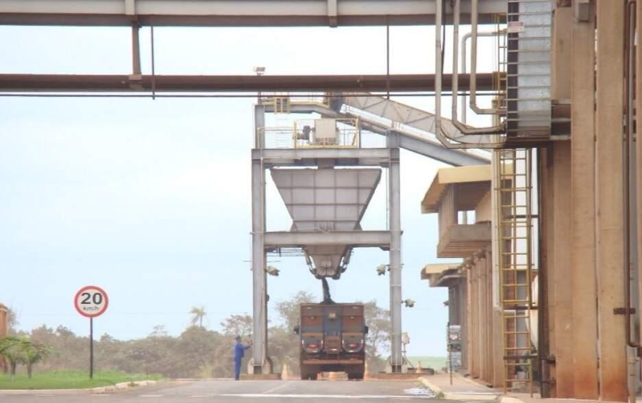 Nas margens da MS-156, usina da Raízen em Caarapó produz açúcar e destila álcool (Foto: Reprodução/Raízen)