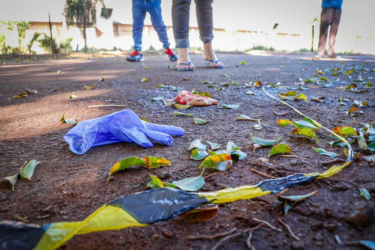 Hoje de manhã no local onde ocorreu o crime havia manchas de sague e luvas que foram usadas pelos socorristas(Foto: Henrique Kawaminami)