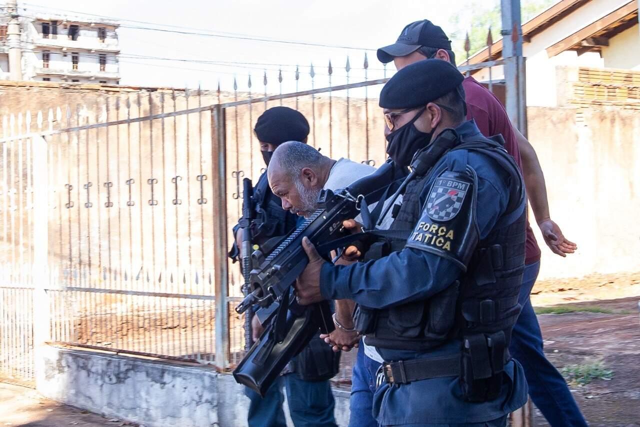 Cleber de Souza Carvalho na saída de um dos cenários dos crimes que confessou (Foto: Kísie Ainoã/Arquivo)