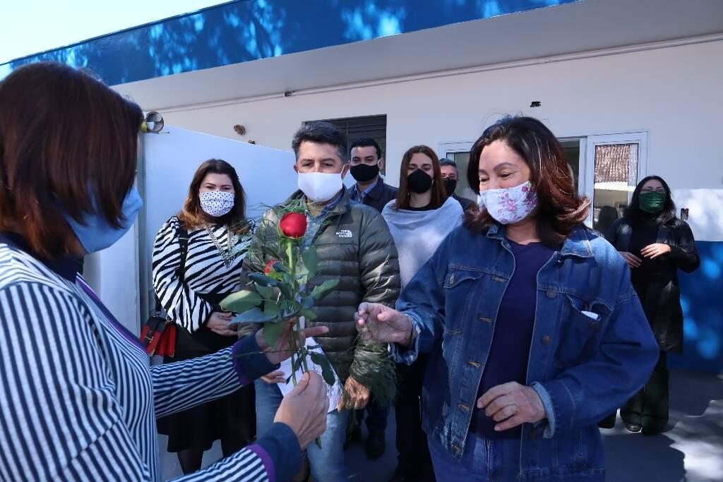 Prefeita Délia Razuk ao entregar hoje a ala para pacientes de coronavírus no Hospital da Vida (Foto: A. Frota/Divulgação)