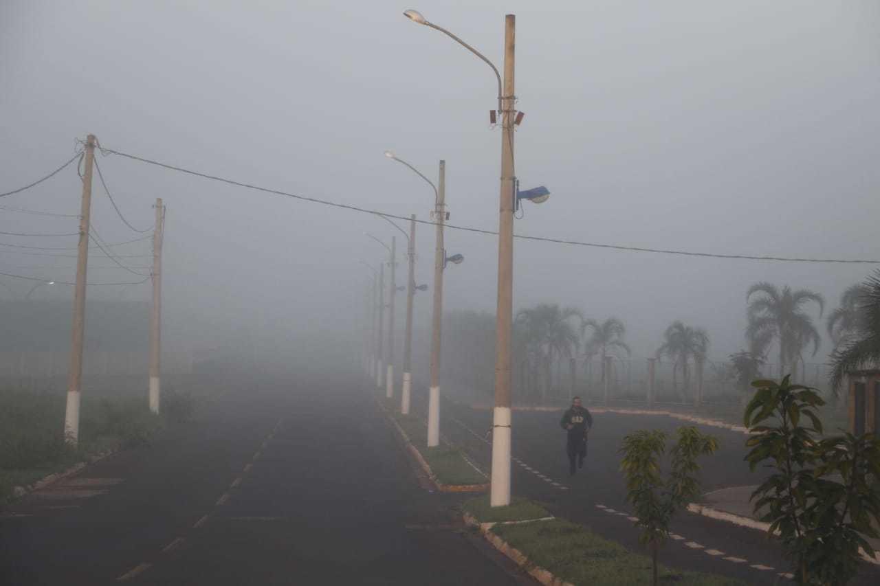 Nevoeiro em Dourados, registrado por volta das 6h, desta segunda-feira (Foto: Helio de Freitas)