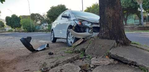 Motorista bate em árvore e abandona o carro na Avenida Ernesto Geisel