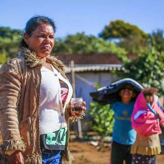 Na favela, mães solteiras trabalham em casa, e não é home office