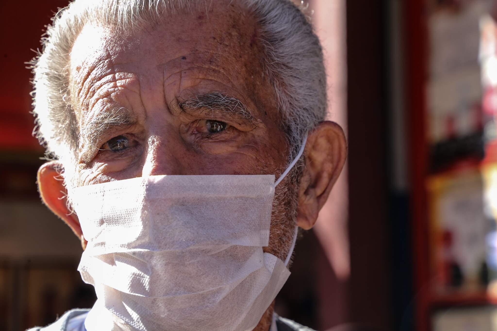 Armando Ibrahim, de 75 anos, sai de casa para trabalhar pelas ruas da Capital com objetivo de ampliar a renda (Foto: Kísie Ainoã)