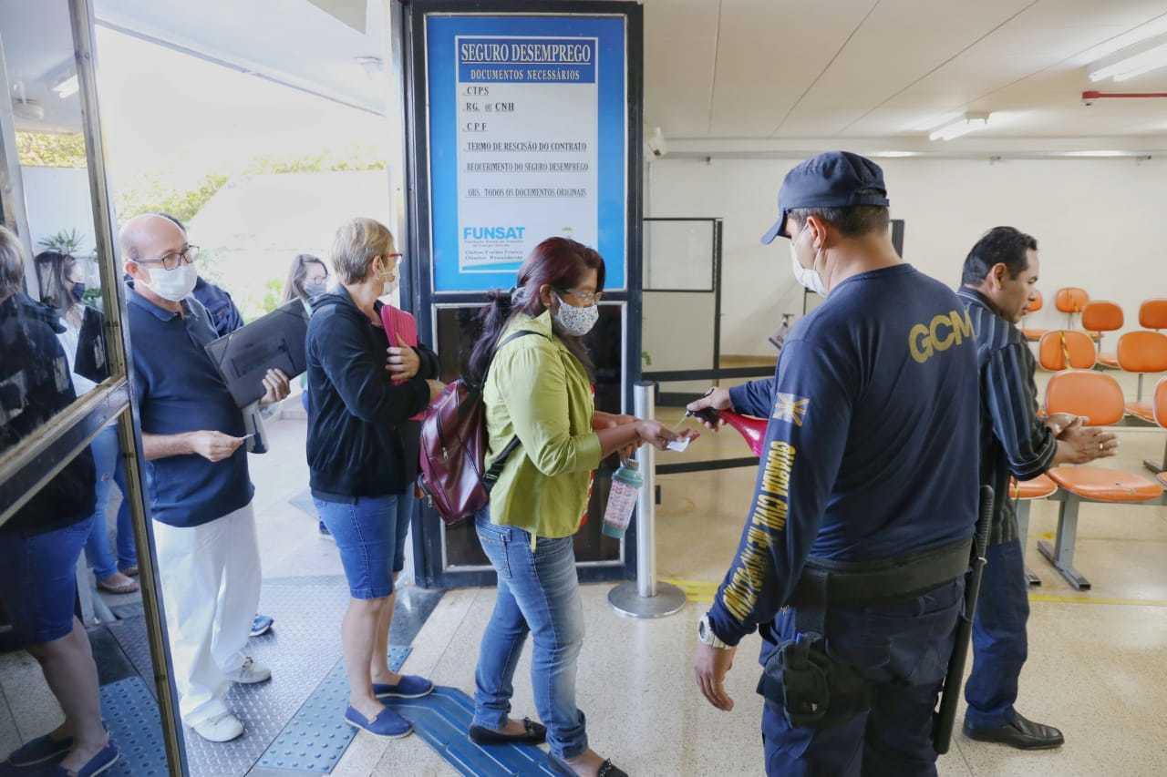 Quem entra na Funsat já passa por medida sanitárias e recebe álcool em gel (Foto/Arquivo: Paulo Francis)