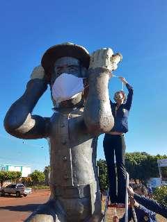 Em ação contra o coronavírus, monumento Ervateiro ganha máscara de proteção