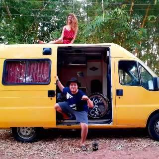 Van é refúgio para Ana e Pedro, que sonham em botar o pé na estrada