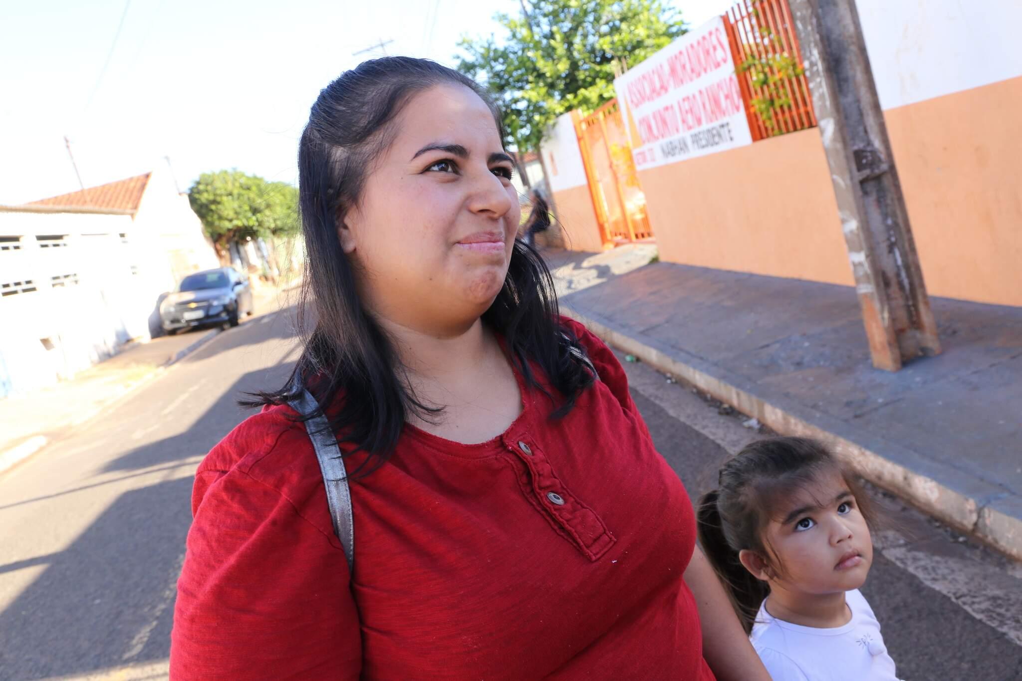 Mayene de Oliveira Nantes deixa a filha com a cunhada enquanto trabalha (Foto: Kísie Ainoã)