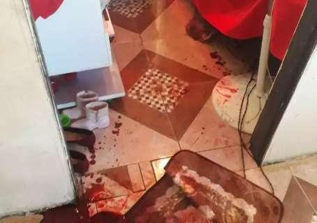 Menina viu assassinato da mãe e adormeceu suja de sangue