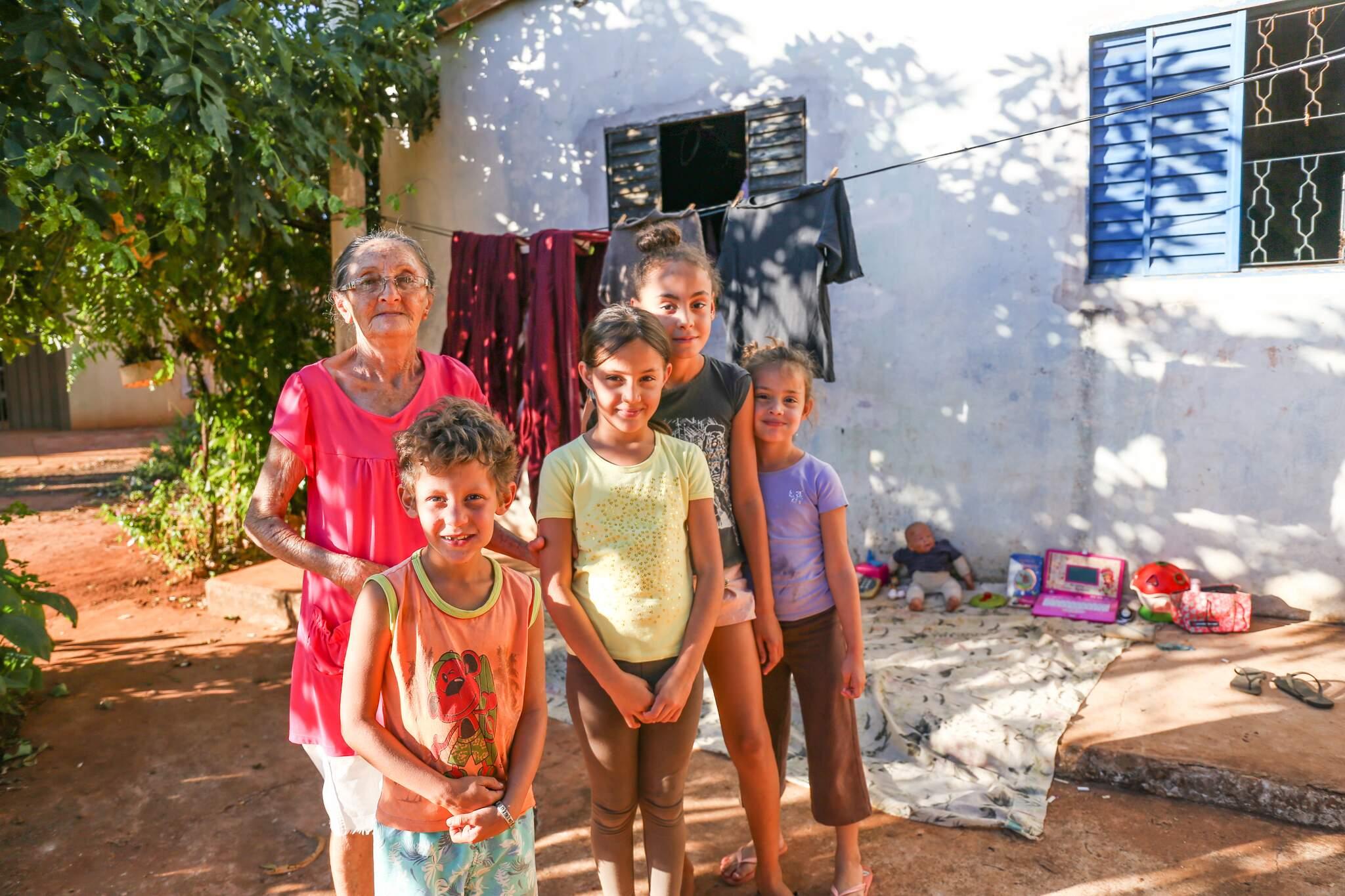 Dona Maria Júlia ao lado de parte dos netos; para ela, netos em casa é motivo de comemoração (Foto: Paulo Francis)
