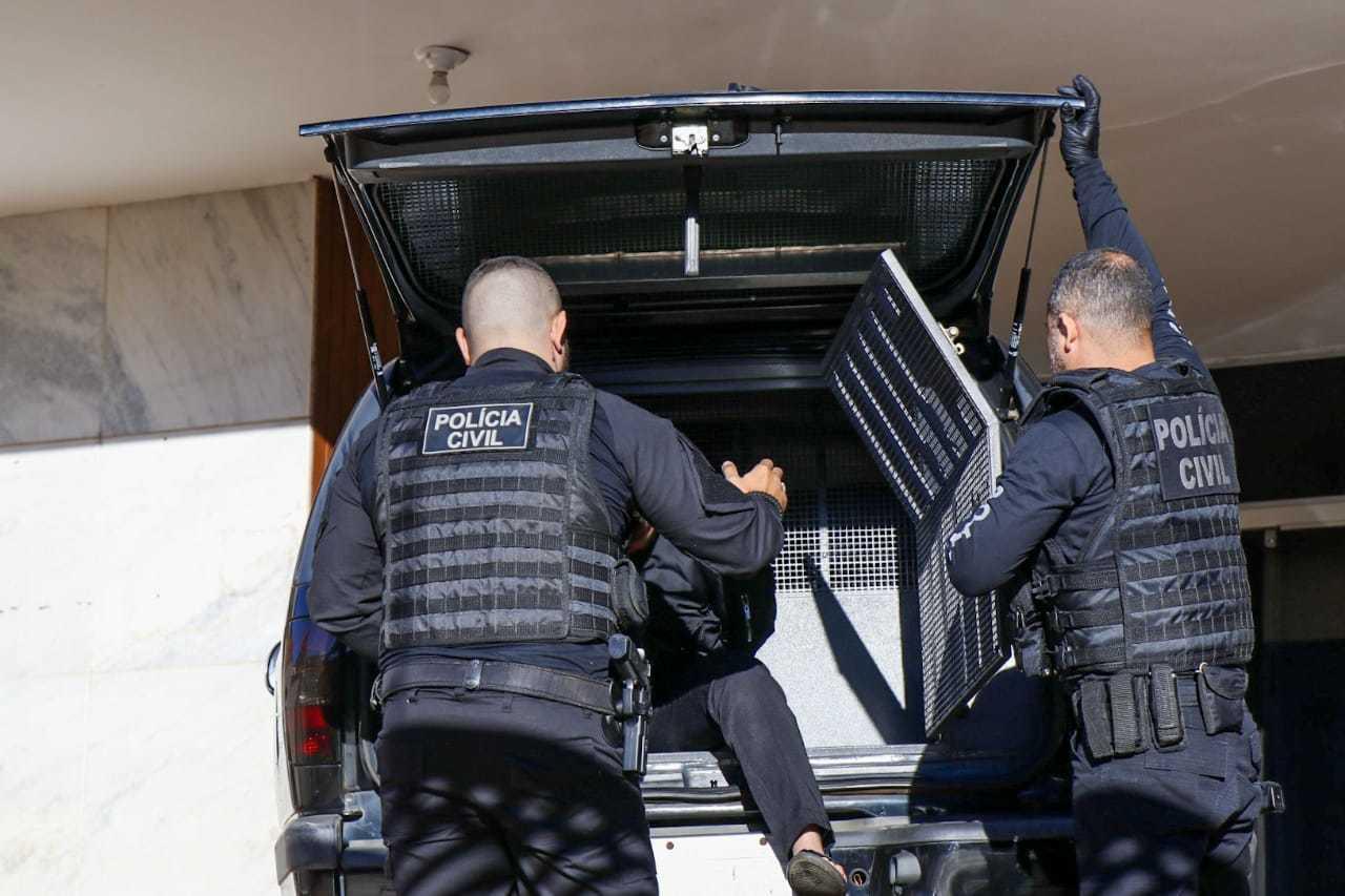 Policiais chegam com suspeito preso na Depca. (Foto: Henrique Kawamani)