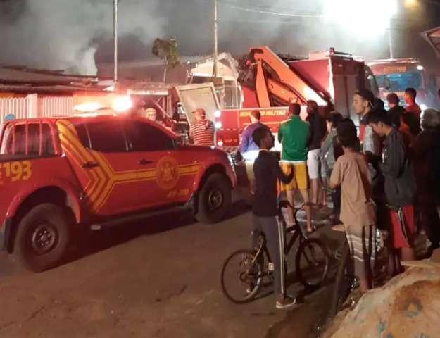 Fogo se alastra por recicláveis e destrói residência na Moreninha