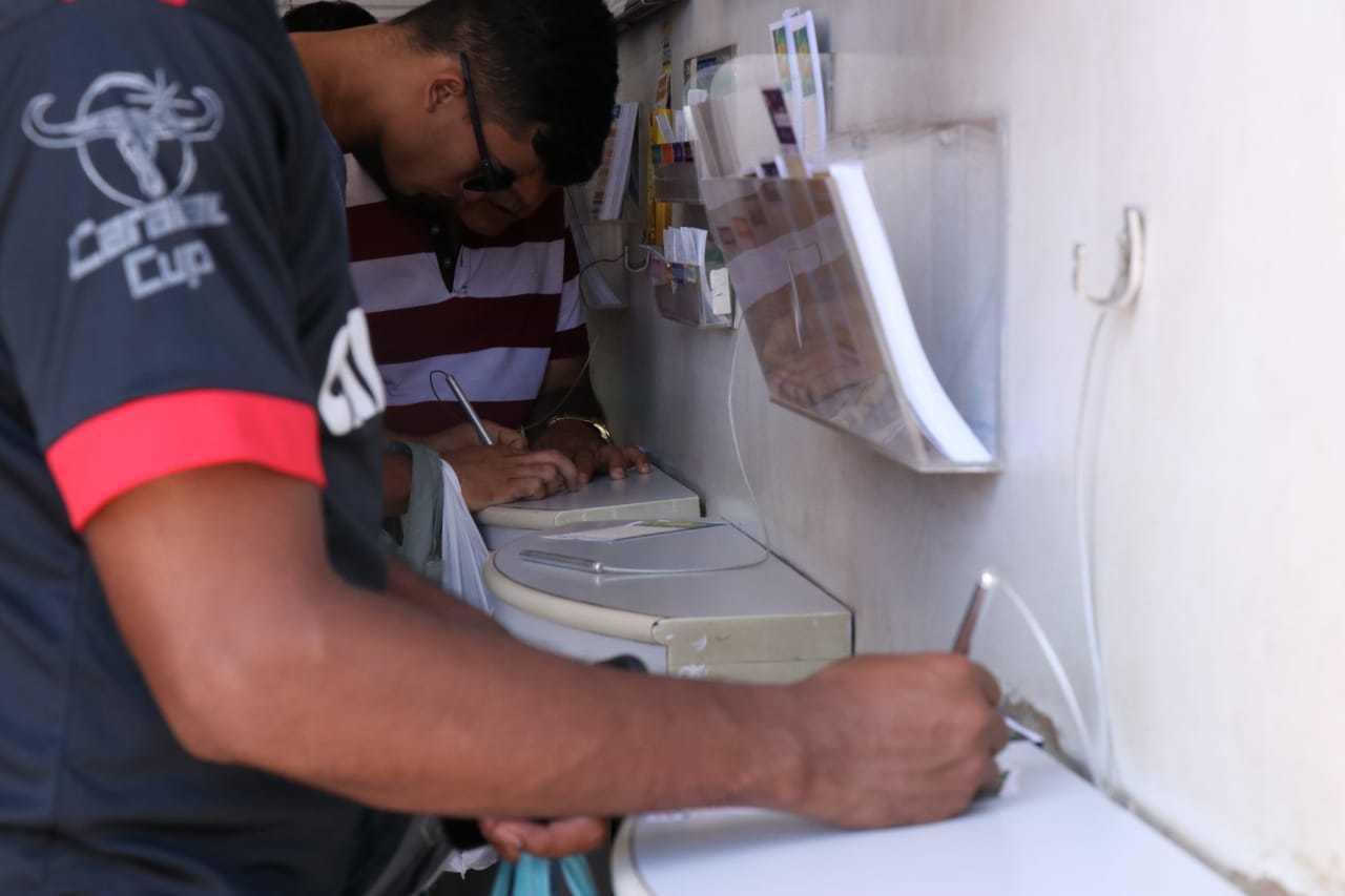 Cliente marcando os números da sorte da Mega-Sena. (Foto: Henrique Kawaminami)