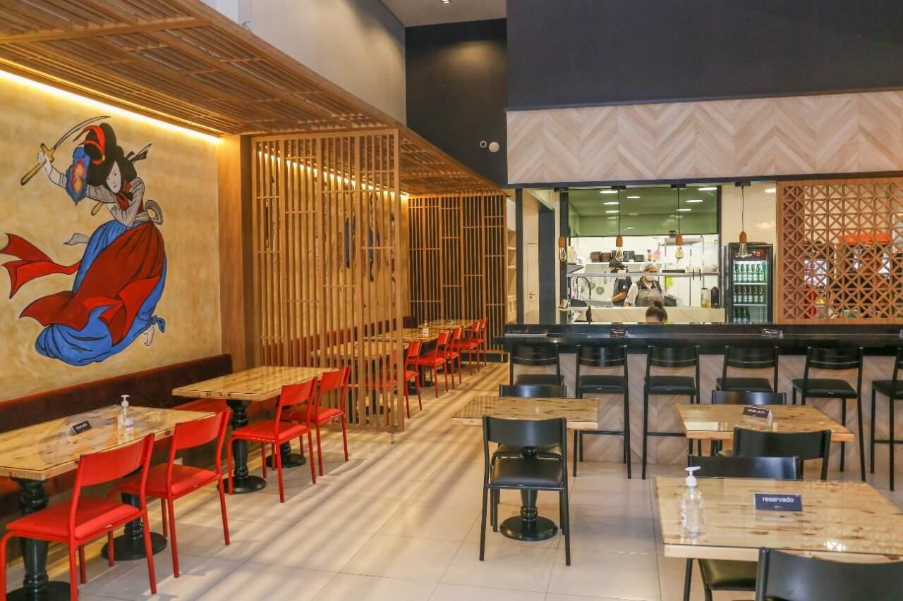 Restaurante tem projeto assinado pelo arquiteto Luan delmondes e pintura feita pelo artista Luís Salgado. (Foto: Paulo Francis)