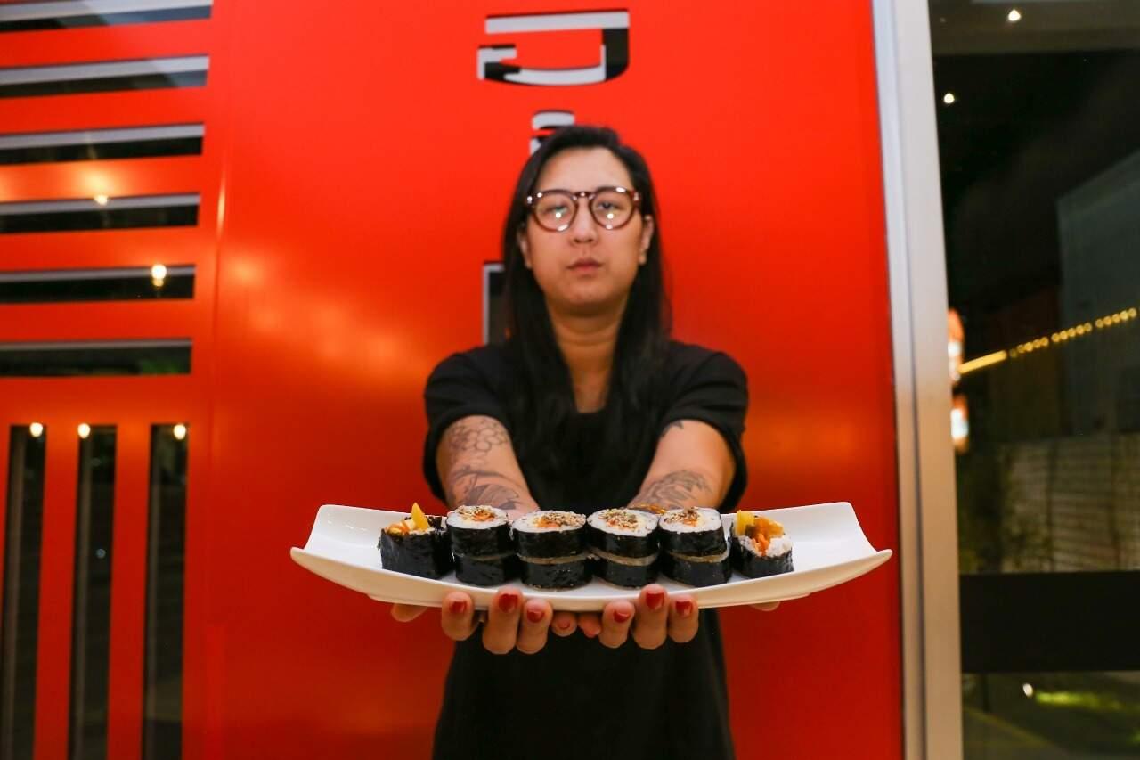 Gina é filha de pais coreanos e sócia-proprietária do restaurante ao lado da irmã. (Foto: Paulo Francis)