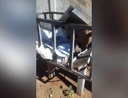 Morador sai para trabalhar, encontra lixeiras lotadas e reclama da coleta