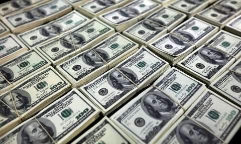 Dólar fecha maio com primeira queda mensal em 2020