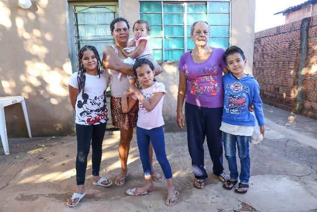 """Em casa com 8 pessoas, salário mínimo da avó faz """"milagre"""" durante pandemia"""