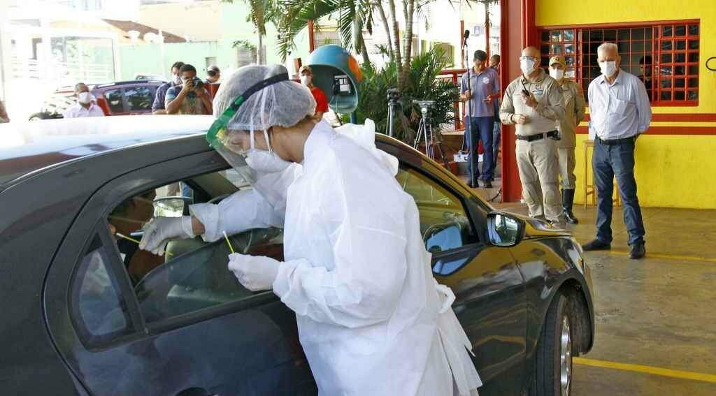 Coleta de material para testes rápidos no drive thru em Dourados (Foto: Chico Pinheiro/Governo de MS)