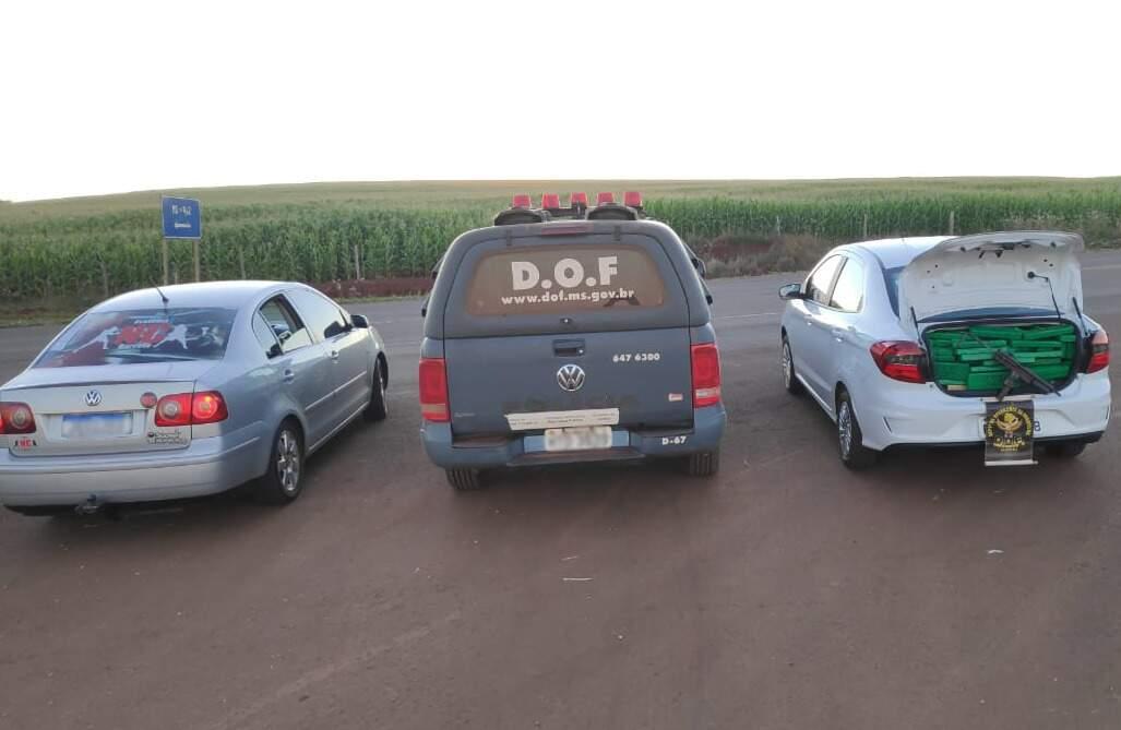 Ford Ka com a droga e arma e o Polo usado por batedor, apreendidos ontem pelo DOF (Foto: Divulgação)