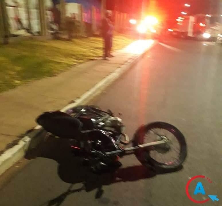 Motocicleta da vítima caída na avenida onde ocorreu o acidente. (Foto: Reprodução/A Gazeta News)