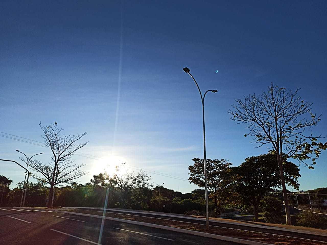 Céu azul e sol brilhando traz cenário que já vai embora de Campo Grande nos próximos dias (Foto: Kisie Ainoã)