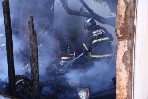 Incêndio em quintal de residência destrói sacos de materiais recicláveis