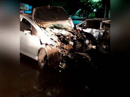 Carro é estraçalhado em colisão com veículo parado durante madrugada