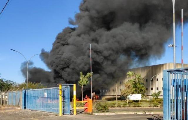 Fogo provocou fumaça densa, que podia ser vista de longe; chamas foram controladas pelo Corpo de Bombeiros (Foto: Rádio Caçula)