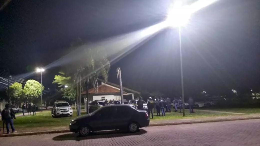 Guardas aguardando o início do toque de recolher na base operacional do Bairro Tiradentes. (Foto: Direto das Ruas)