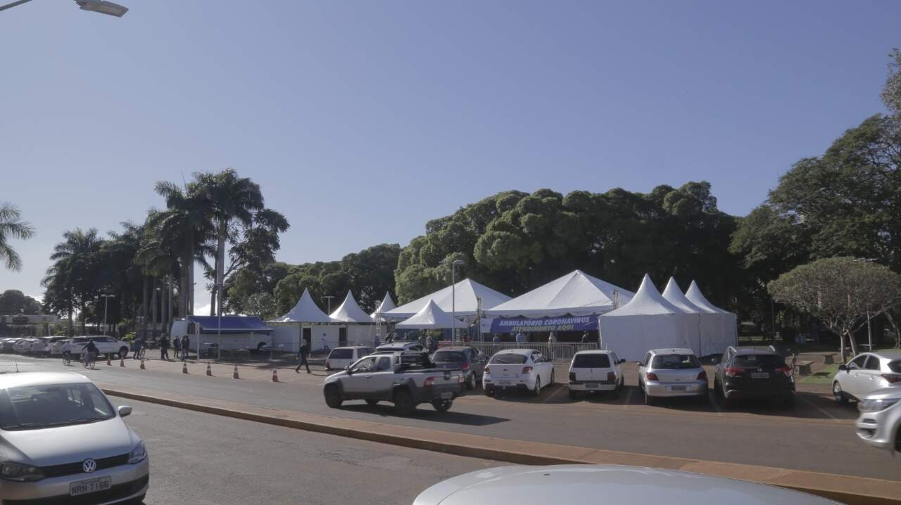 Espaço onde tendas foram montadas para funcionar como laboratório e testar pessoas com suspeitas de covid-19 (Foto: Divulgação)