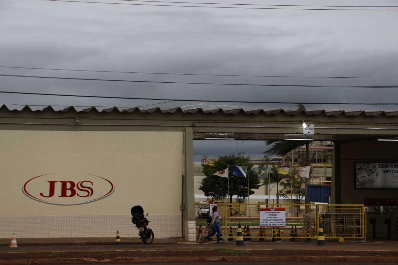 Unidade da JBS em Dourados, cidade que tem o segundo maior número de casos de covid-19 em MS. (Foto: Helio de Freitas)