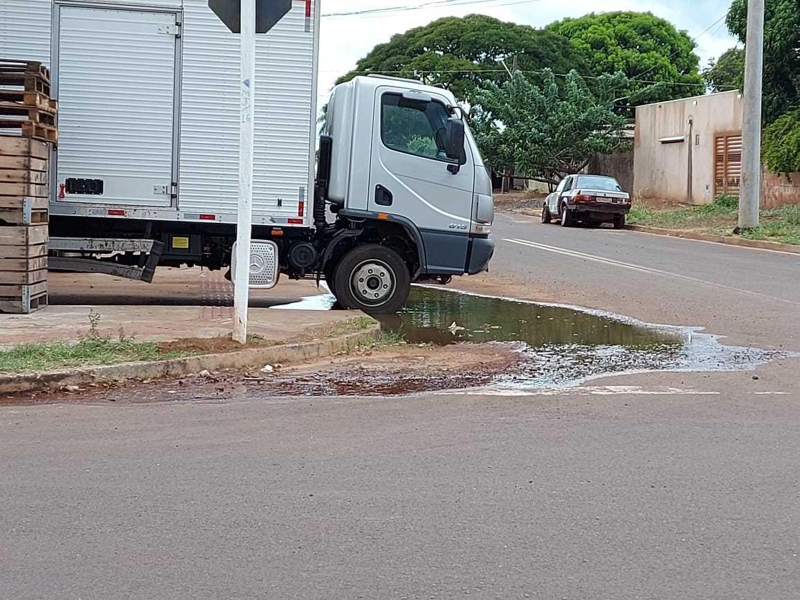 Vazamento de água aparece na esquina das ruas do bairro Mata do Jacinto (Foto: Direto das Ruas)
