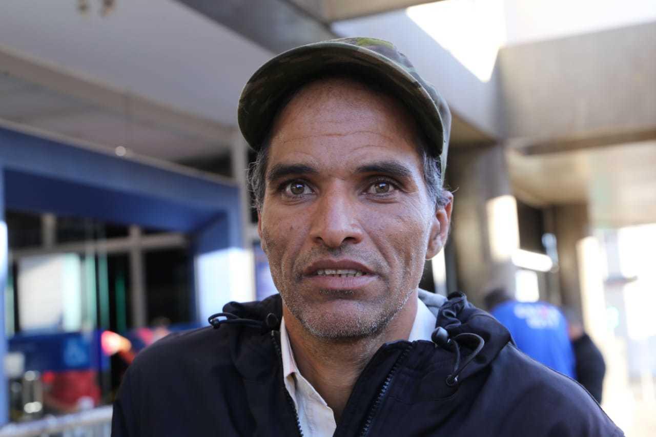 Flávio foi o primeiro a chegar, pela segunda vez, para sacar o auxílio (Foto: Kisie Ainoã)