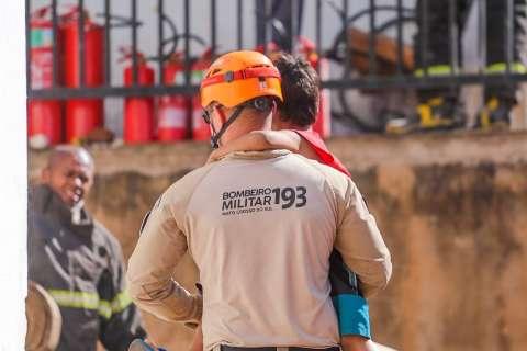 Bombeiros resgatam duas crianças de incêndio em apartamento de residencial
