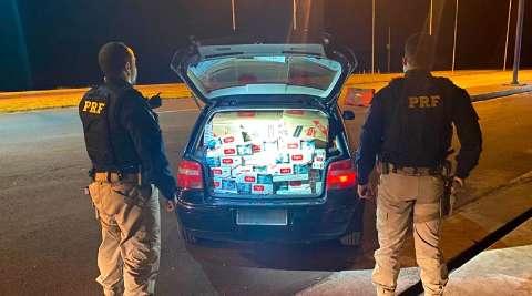 """Dupla """"fura"""" bloqueio e abandona carro com 7 mil maços de cigarros do Paraguai"""