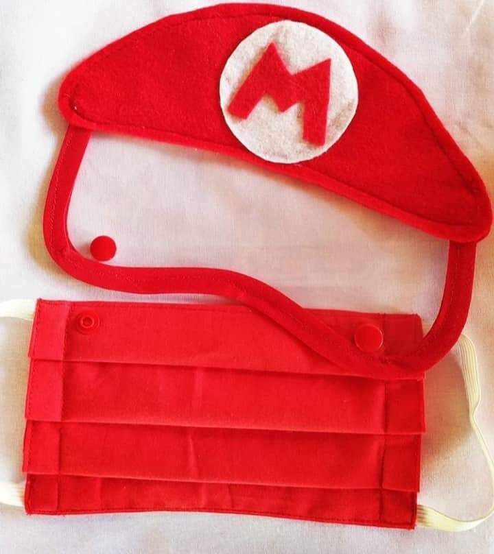Máscara vermelha com viseira do Mário. (Foto: Brenda Patelli)