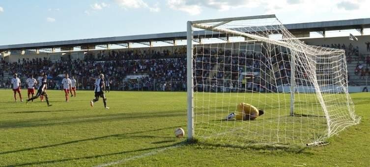 Momento de gol do Corumbaense contra o Comercial (Foto: Leonardo Cabral/Diário Corumbaense)