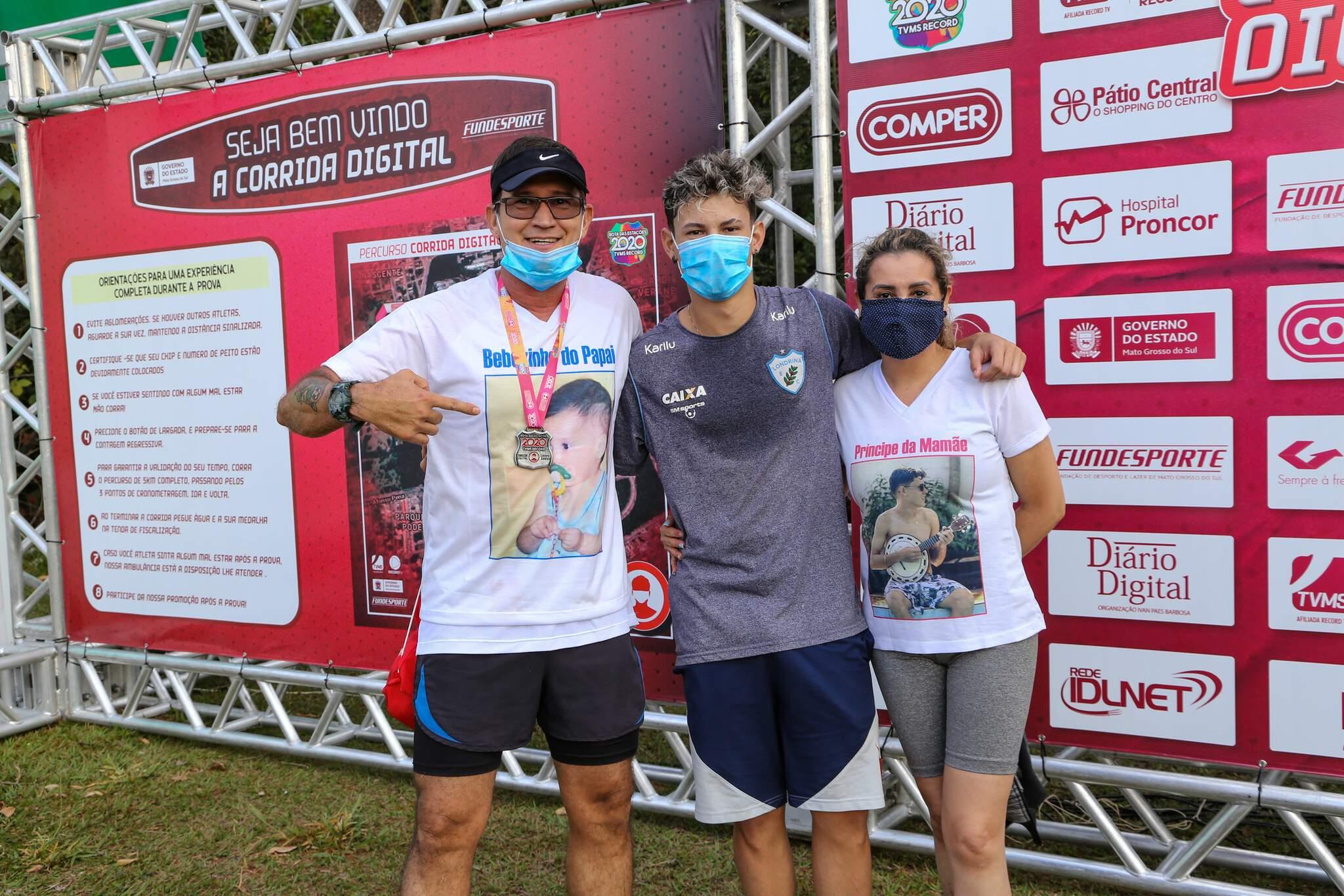 Competidor Jarderson, à esquerda, ao lado do filho, Vinícius, e da esposa; corredor homenageou o familiar (Foto: Kísie Ainoã)