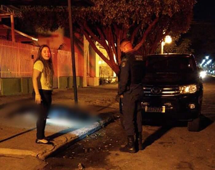No detalhe da imagem, vítima coberta com um pano preto. (Foto: Direto das Ruas)