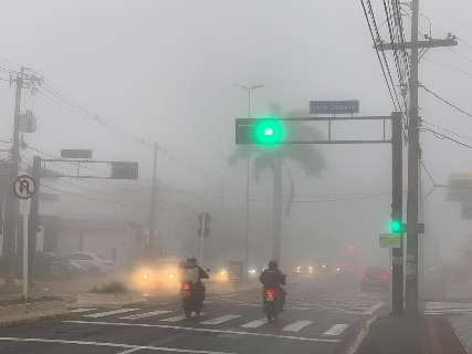 Quando chuva dá trégua, neblina encobre ruas e prédios de Campo Grande