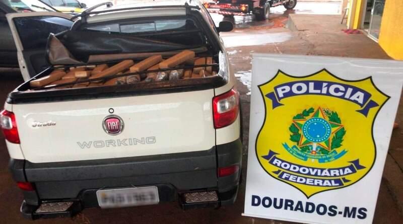 Carro com quase uma tonelada de droga foi apreendido pela PRF. (Foto: Divulgação/PRF)