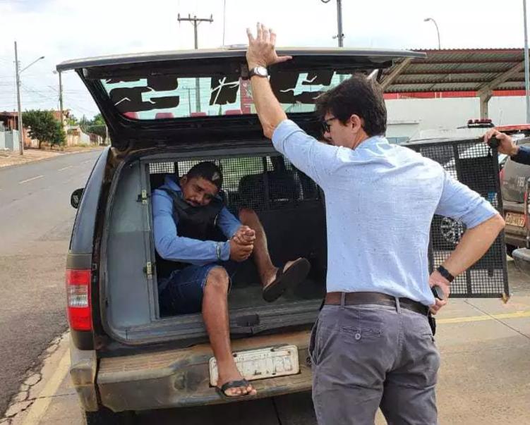 Autor confesso do assassinato e o delegado responsável pelas investigações, Cleverson Alves. (Foto: Divulgação/Polícia Civil)